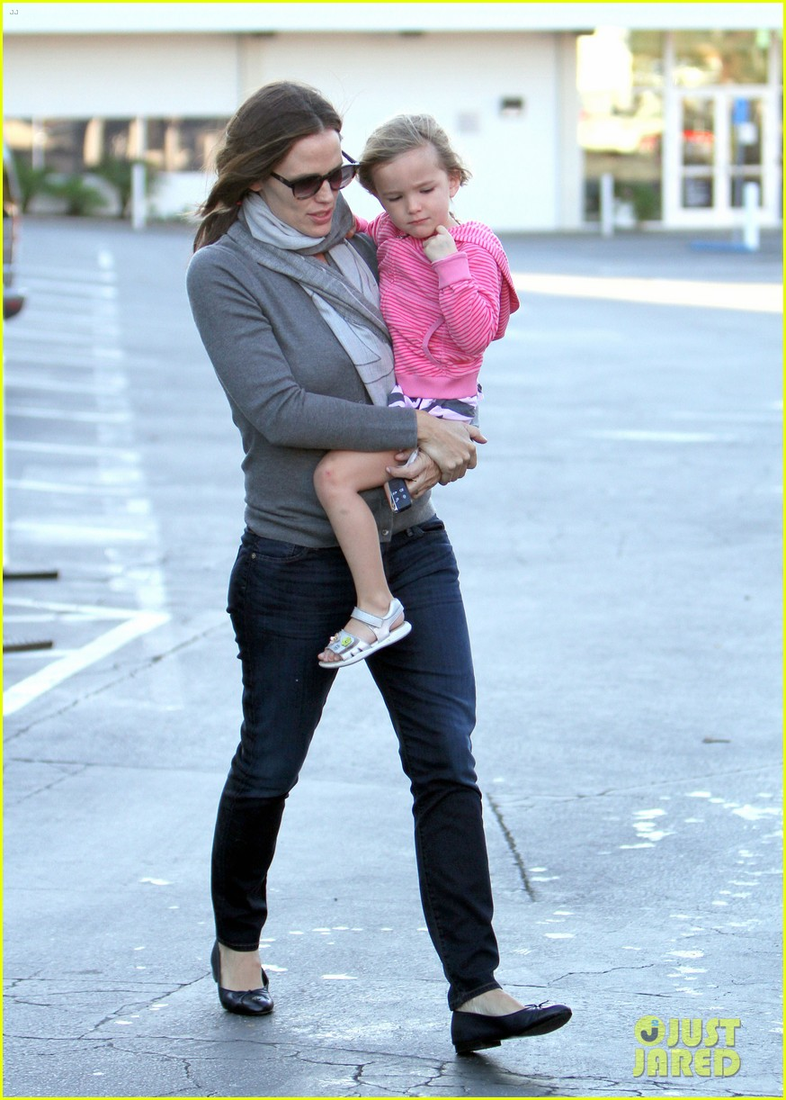 jennifer garner piggyback ride for seraphina 11