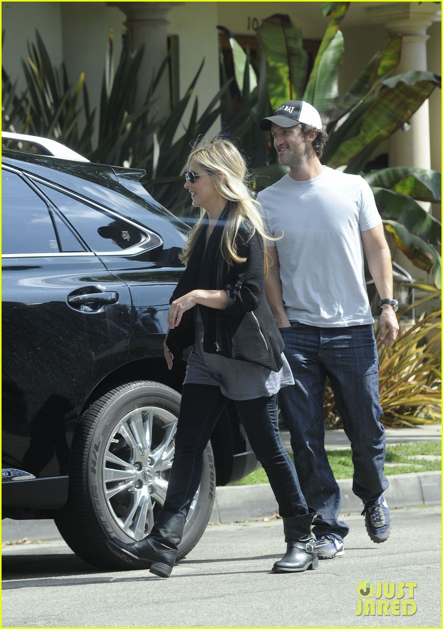 sarah michelle gellar post baby outing 04