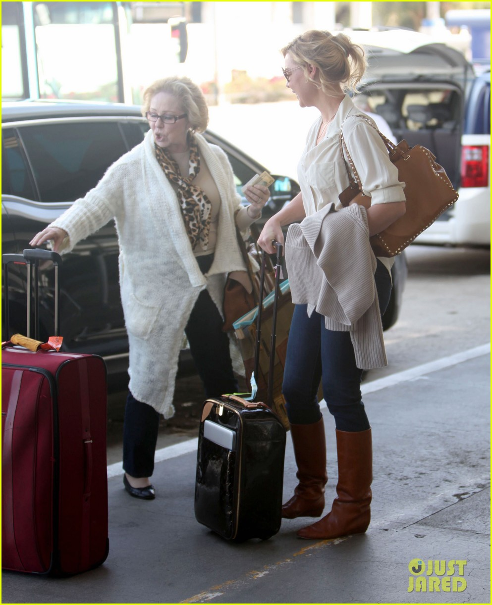 katherine heigl departing flight with mom nancy 05