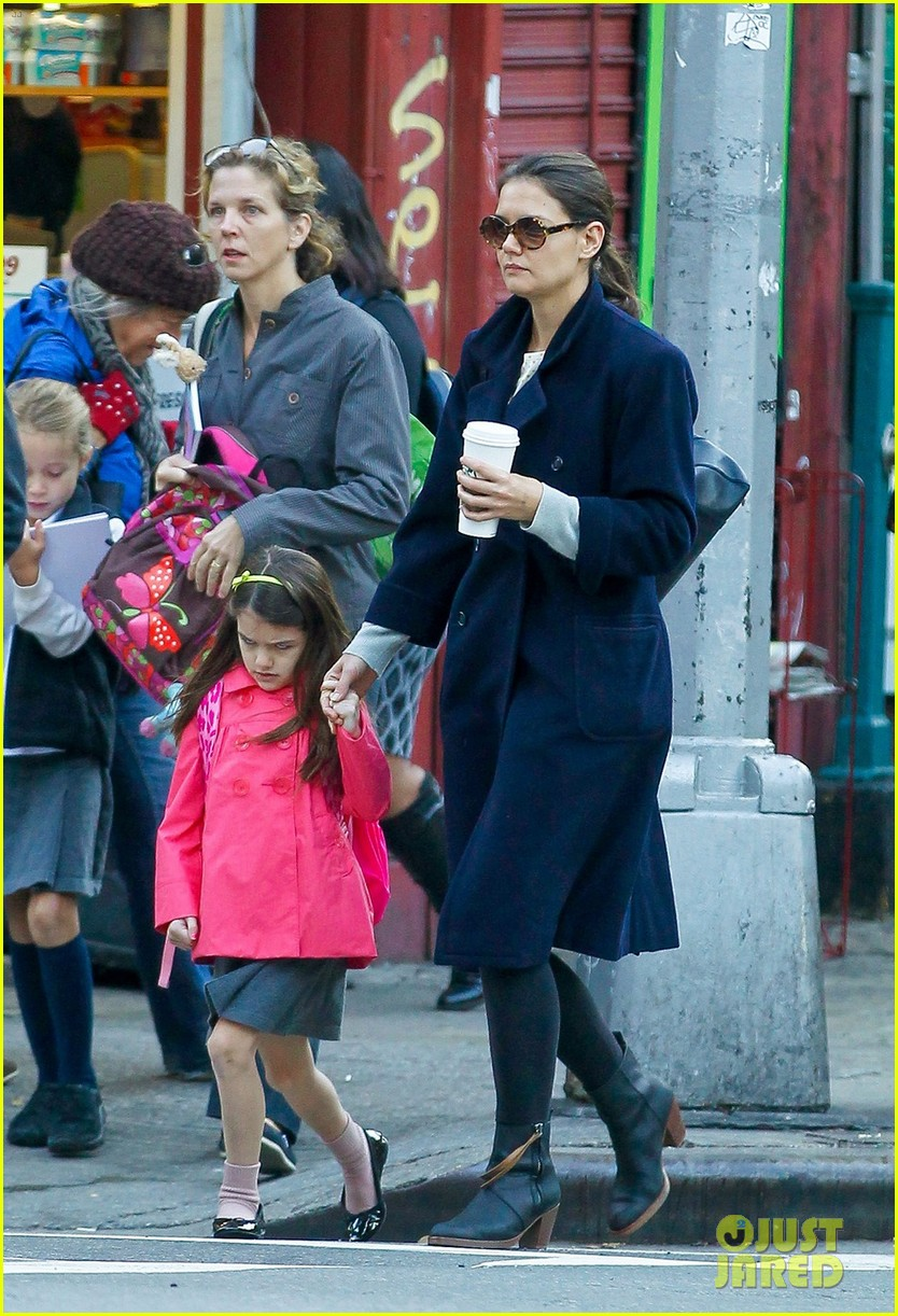 katie holmes monday morning school run with suri 02