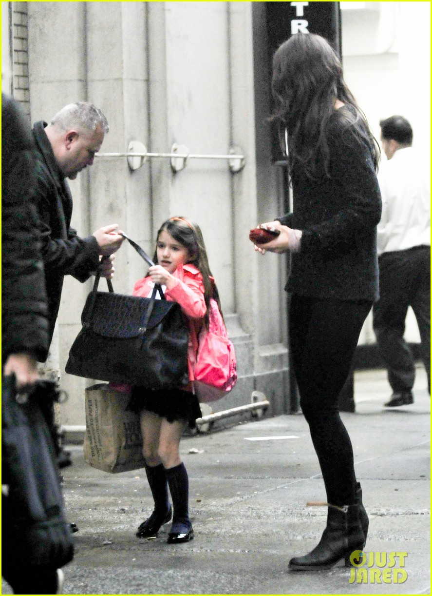 katie holmes suri rainy tuesday twosome 06