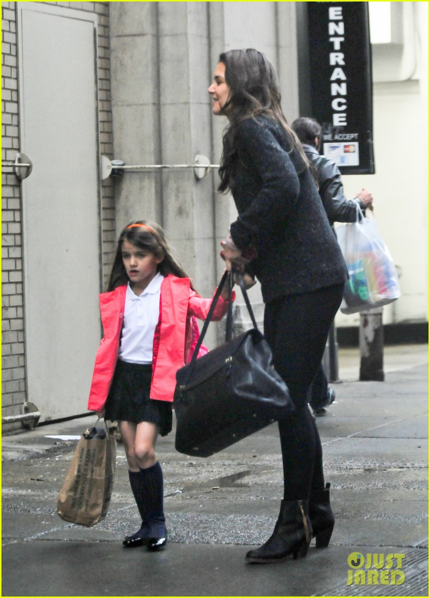katie holmes suri rainy tuesday twosome 112735920