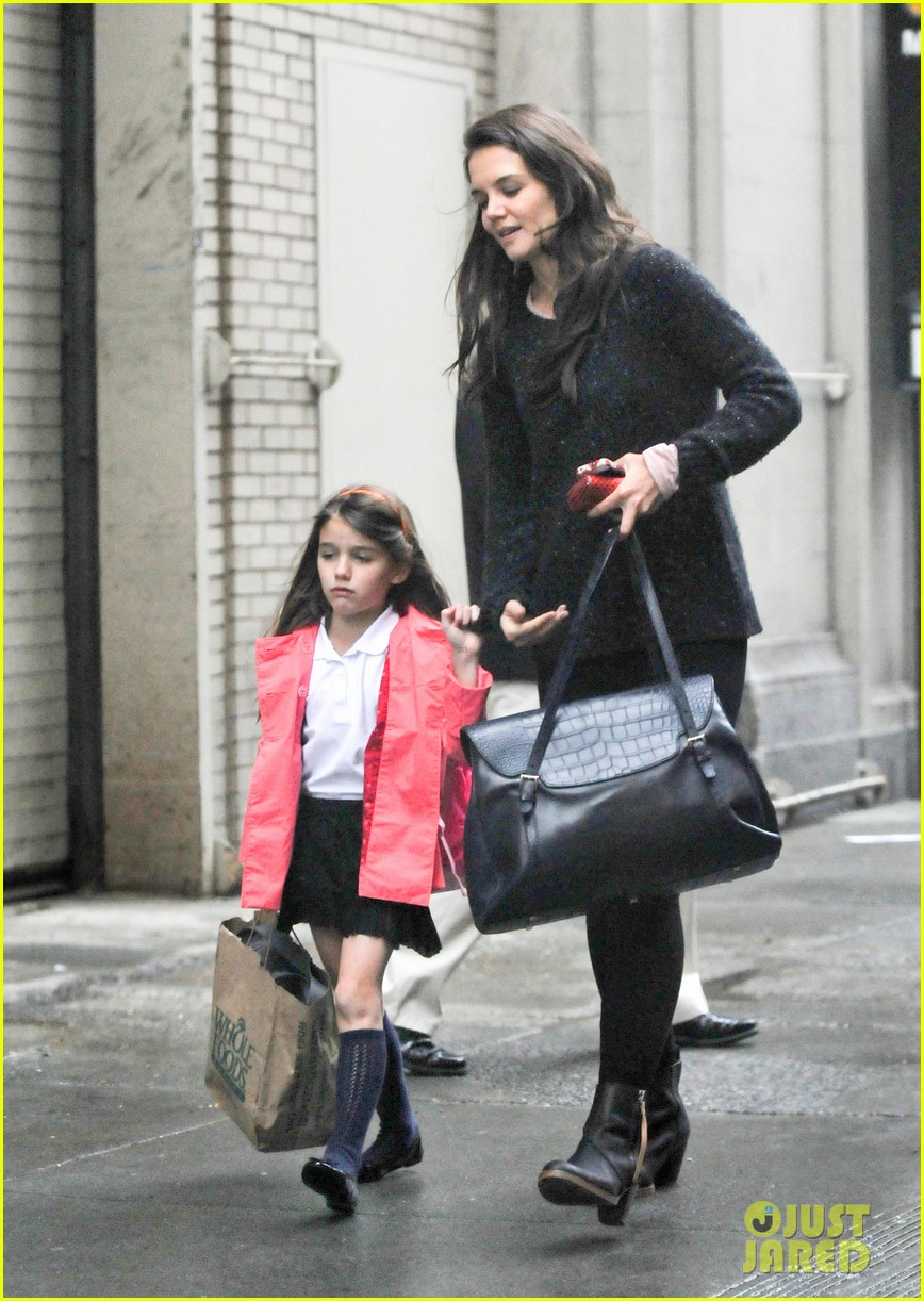 katie holmes suri rainy tuesday twosome 152735924