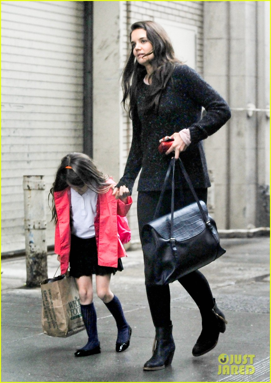 katie holmes suri rainy tuesday twosome 18