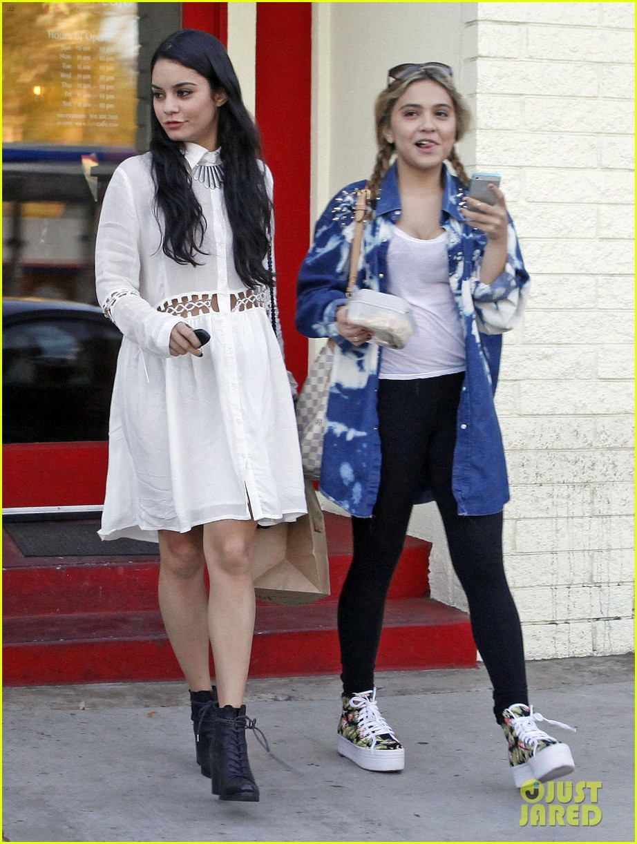 vanessa hudgens halloween horror nights with ashley tisdale 04
