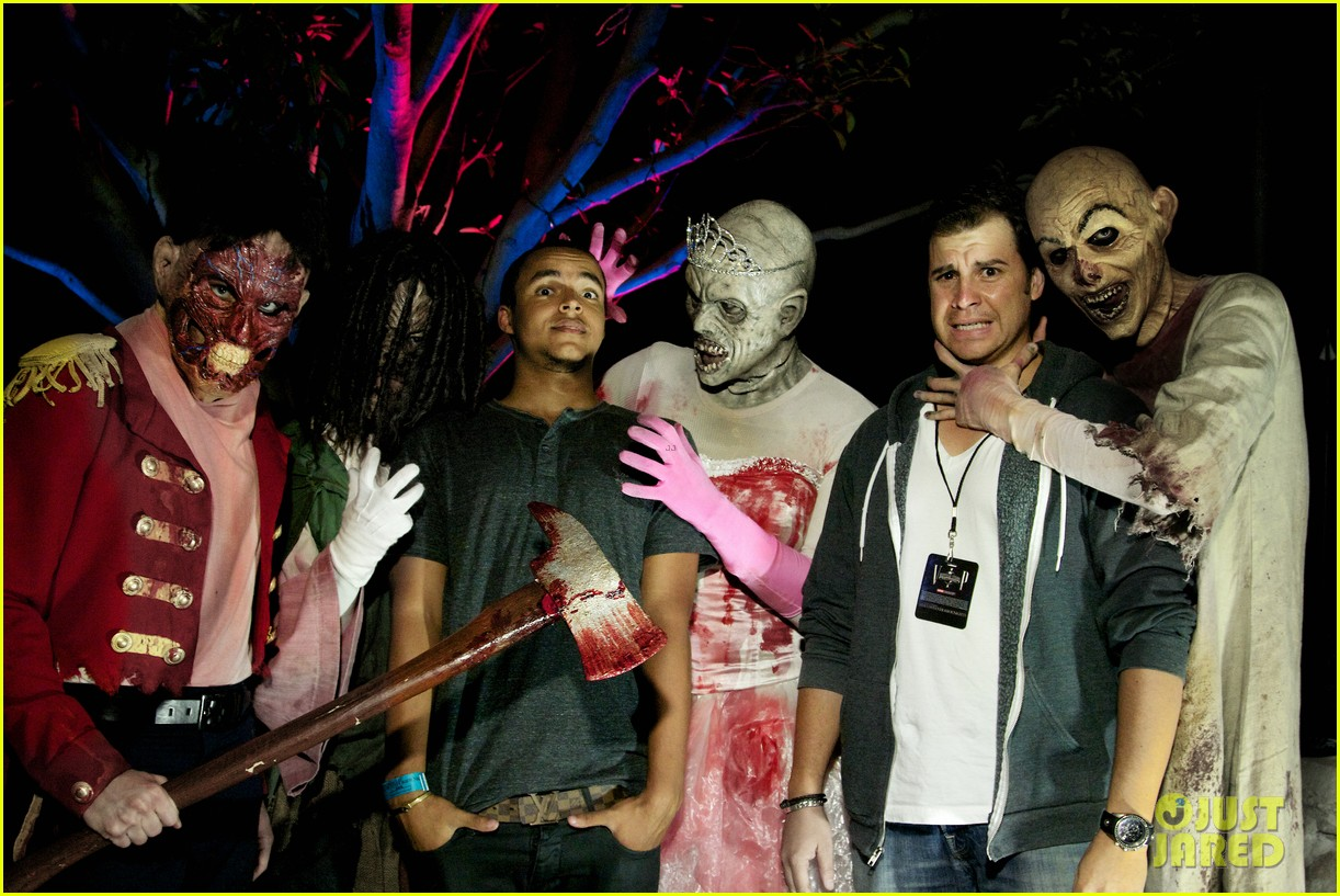 vanessa hudgens halloween horror nights with sister stella - Joe Jonas Halloween