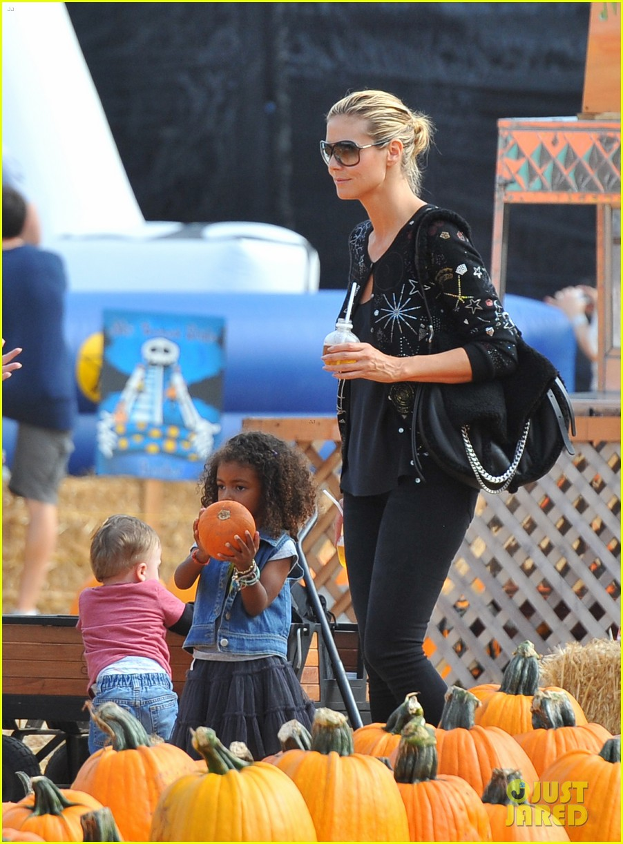 heidi klum martin kirsten pumpkin patch with the kids 102734323