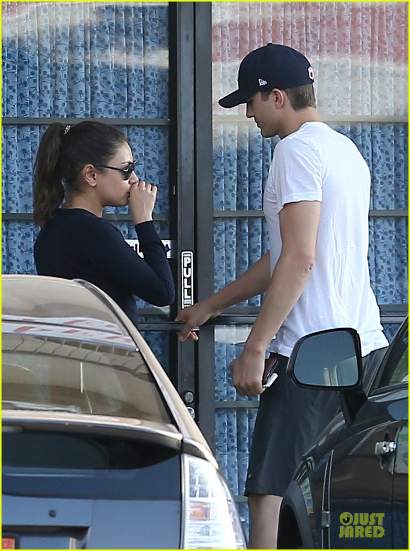 mila kunis ashton kutcher foot pampering couple 02