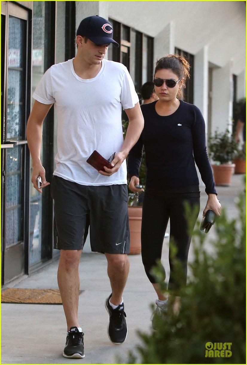 mila kunis ashton kutcher foot pampering couple 072741399