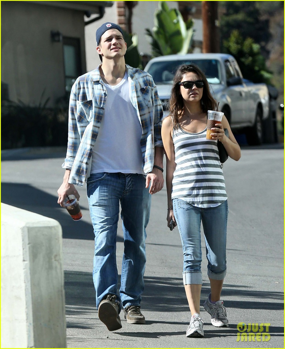 ashton kutcher mila kunis iced coffees to go 01