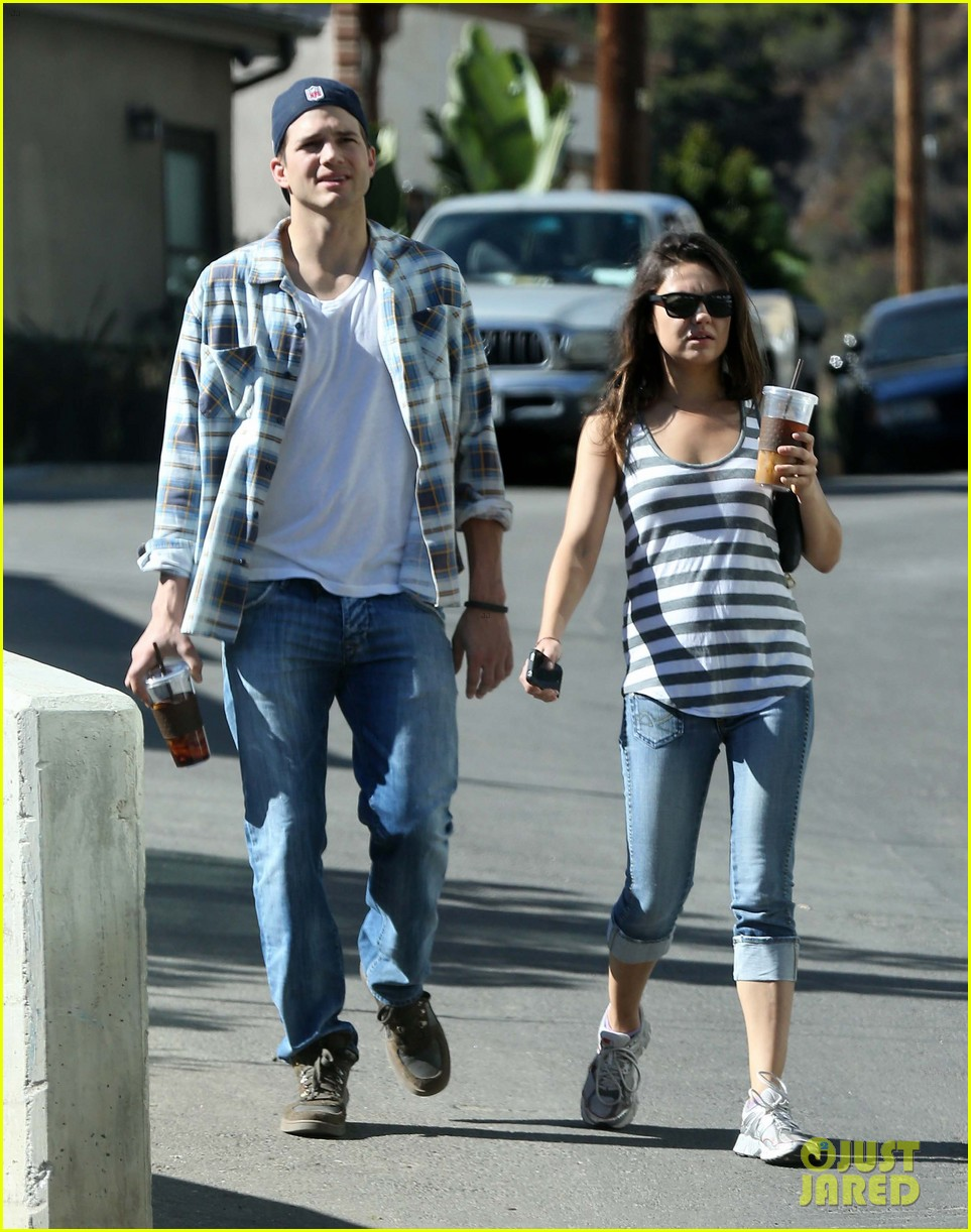 ashton kutcher mila kunis iced coffees to go 03