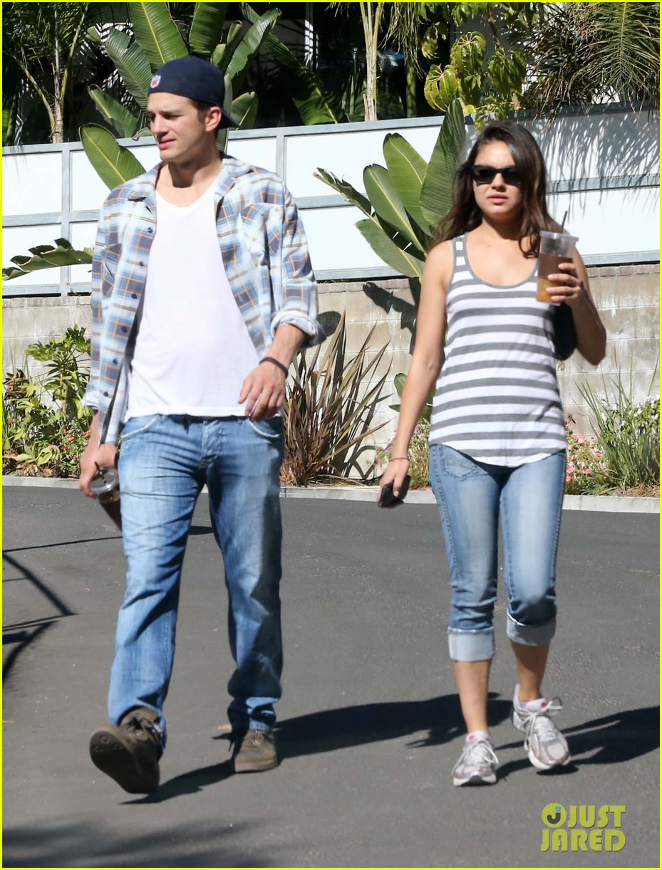 ashton kutcher mila kunis iced coffees to go 11