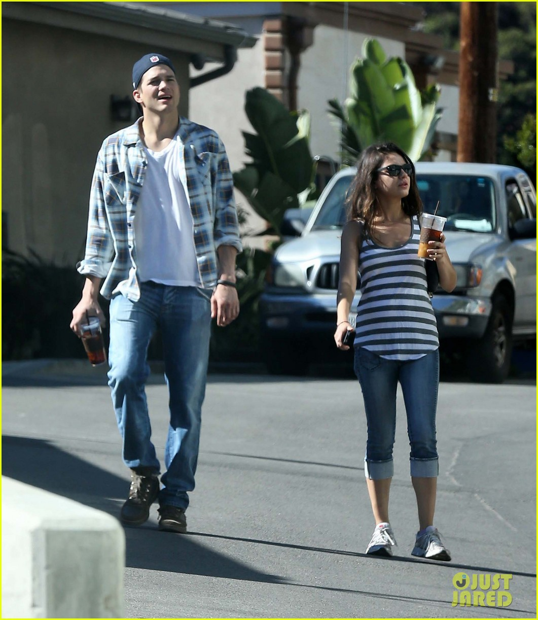 ashton kutcher mila kunis iced coffees to go 192746394