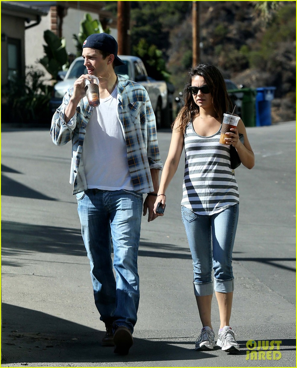 ashton kutcher mila kunis iced coffees to go 26