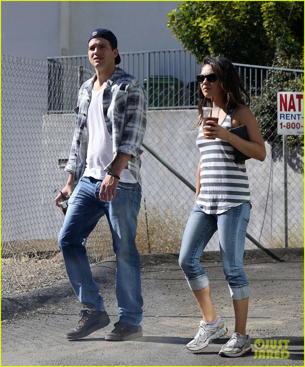 ashton kutcher mila kunis iced coffees to go 282746403