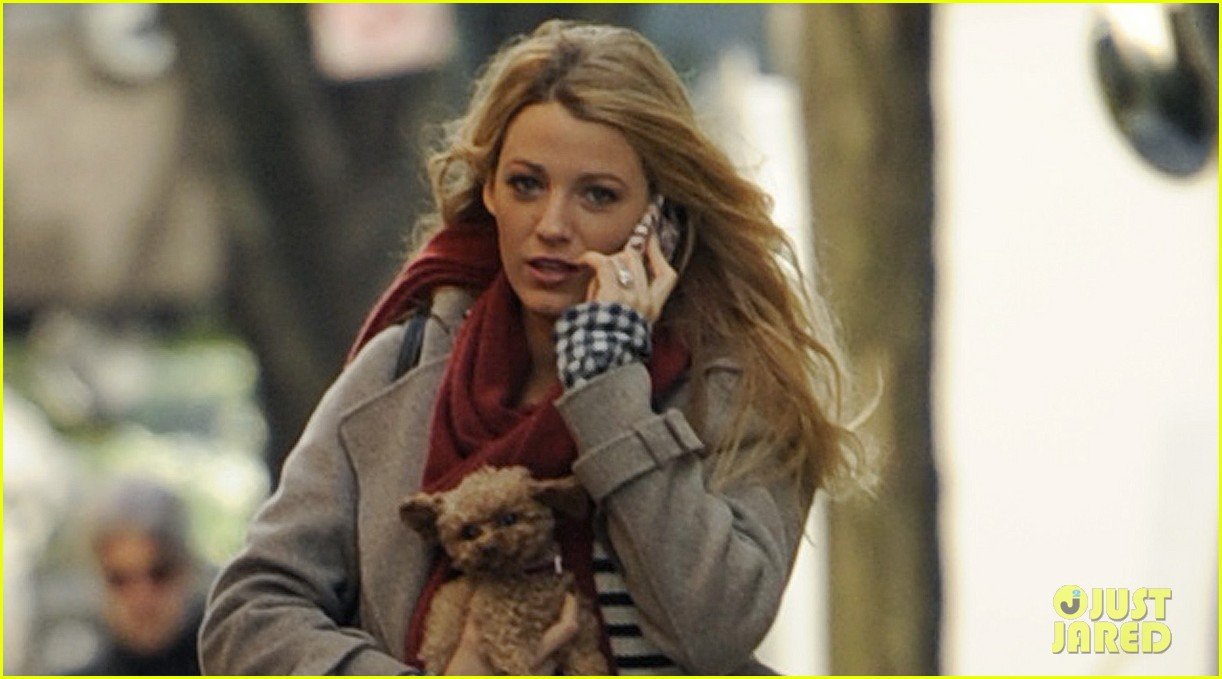 blake lively gossip girl set with pups 03