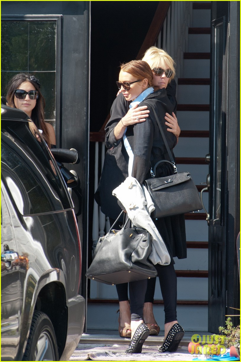 lindsay lohan mom dina hug after fight 14
