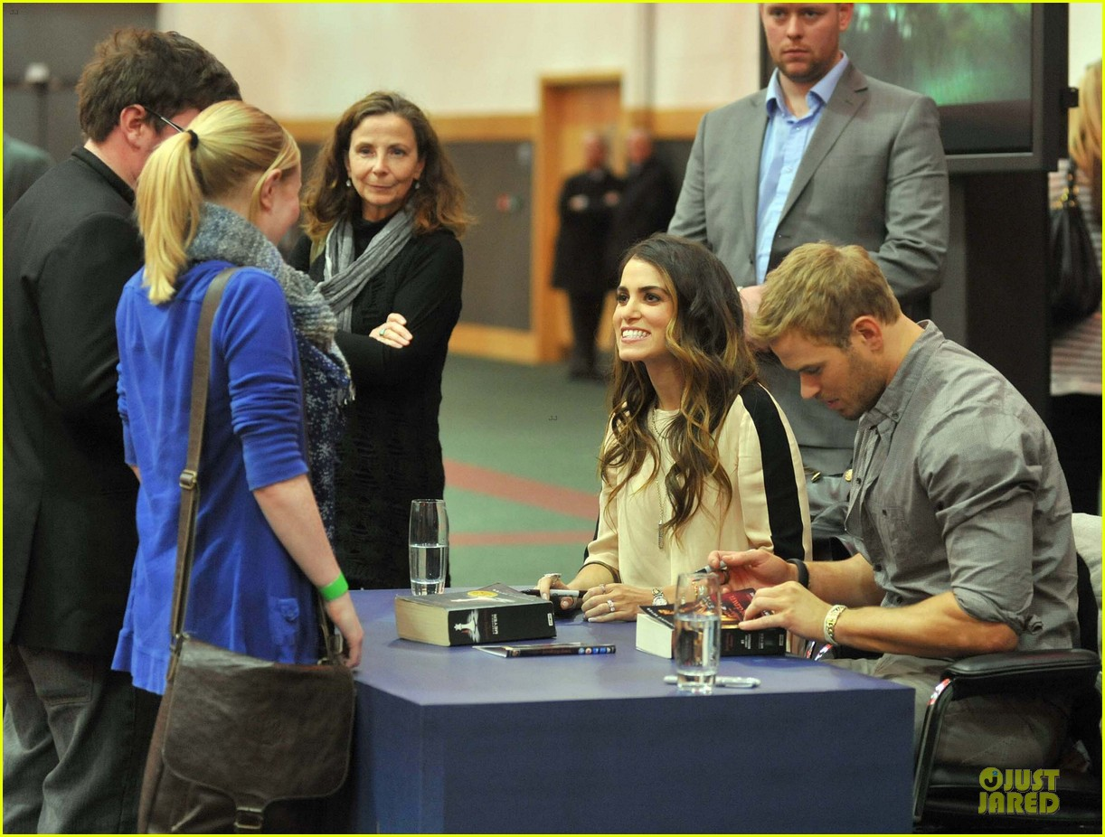 kellan lutz nikki reed twilight saga breaking dawn signing session 04