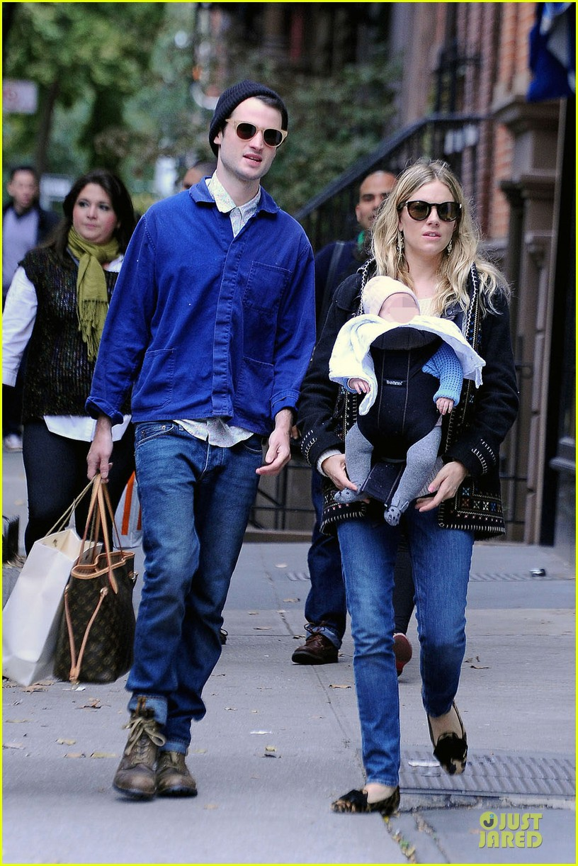 sienna miller tom sturridge new york walk with marlowe 01
