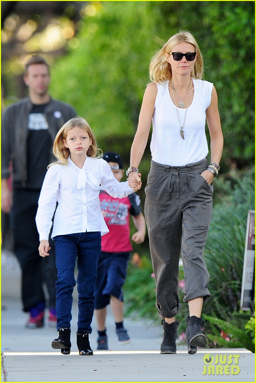 gwyneth paltrow chris martin family walk to school 07