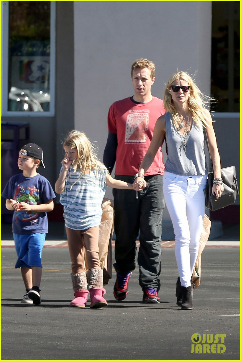 gwyneth paltrow chris martin toys r us with the kids 012744993