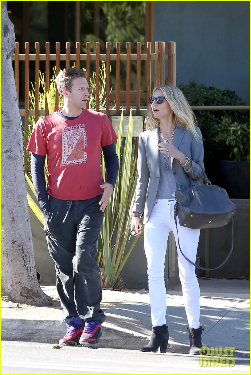 gwyneth paltrow chris martin toys r us with the kids 03