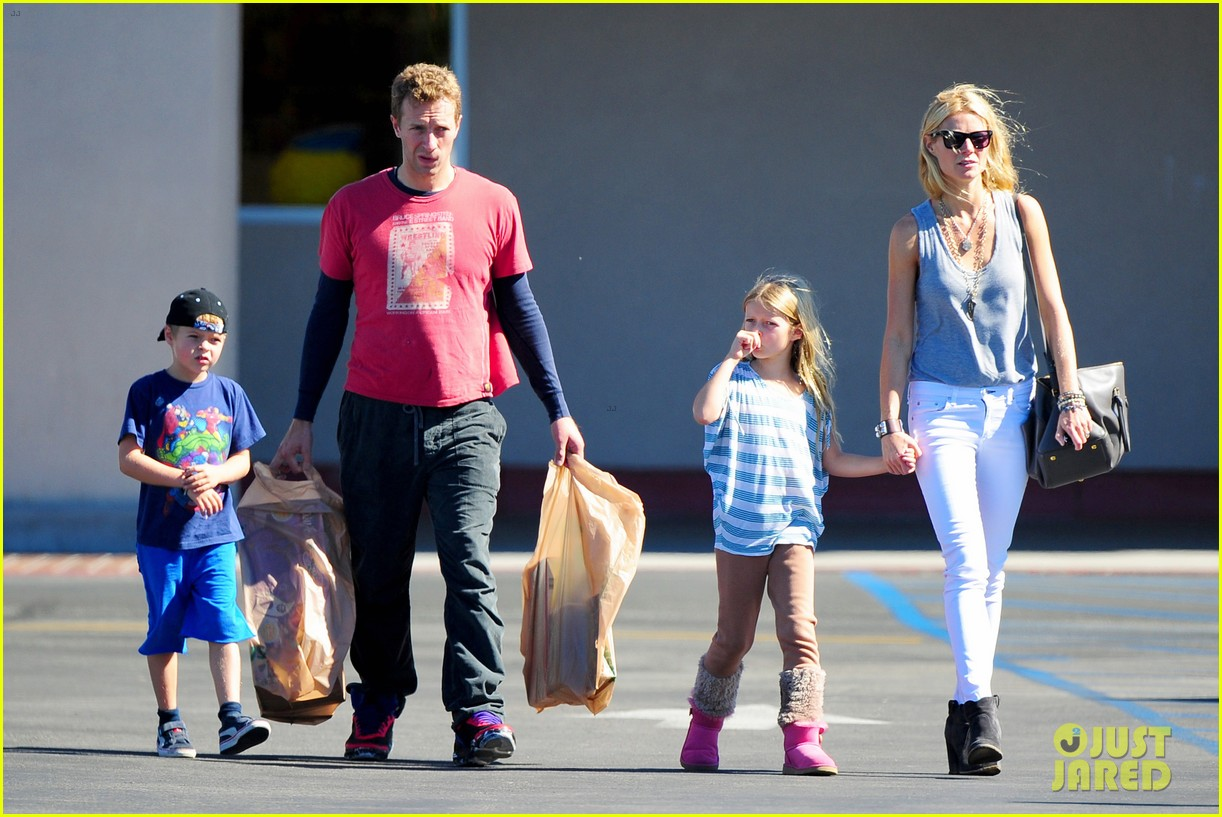 gwyneth paltrow chris martin toys r us with the kids 06