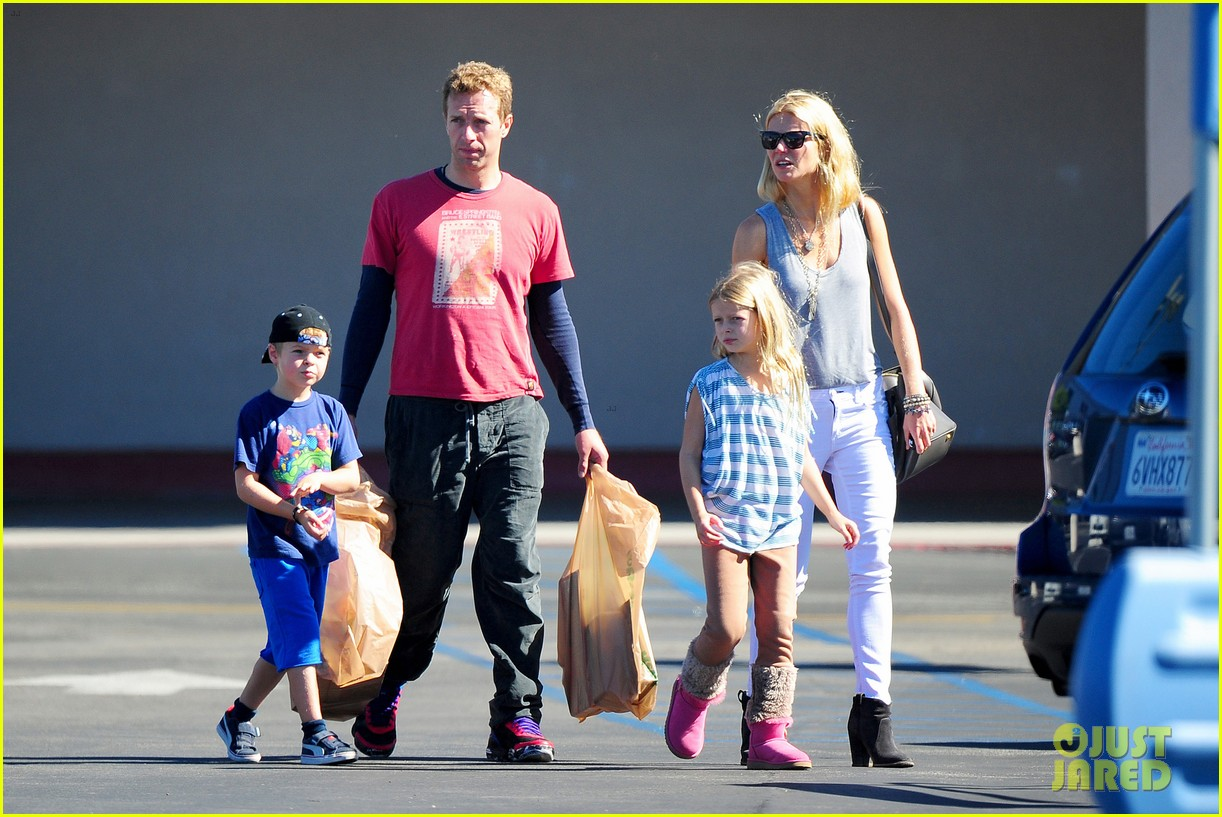 gwyneth paltrow chris martin toys r us with the kids 13