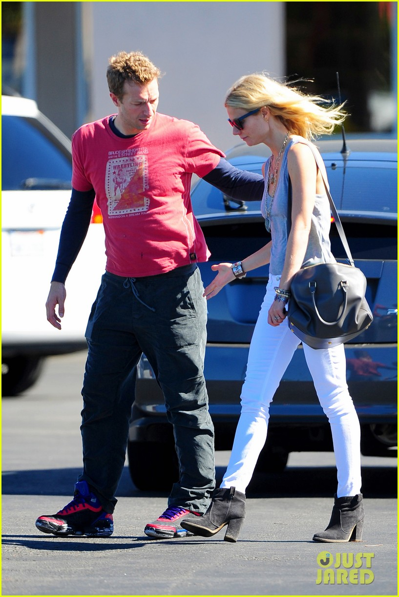 gwyneth paltrow chris martin toys r us with the kids 19