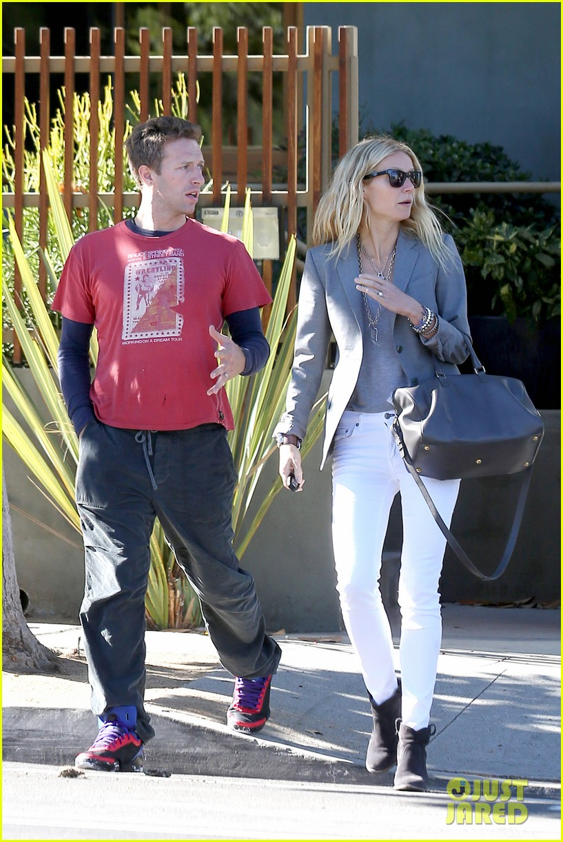 gwyneth paltrow chris martin toys r us with the kids 282745020