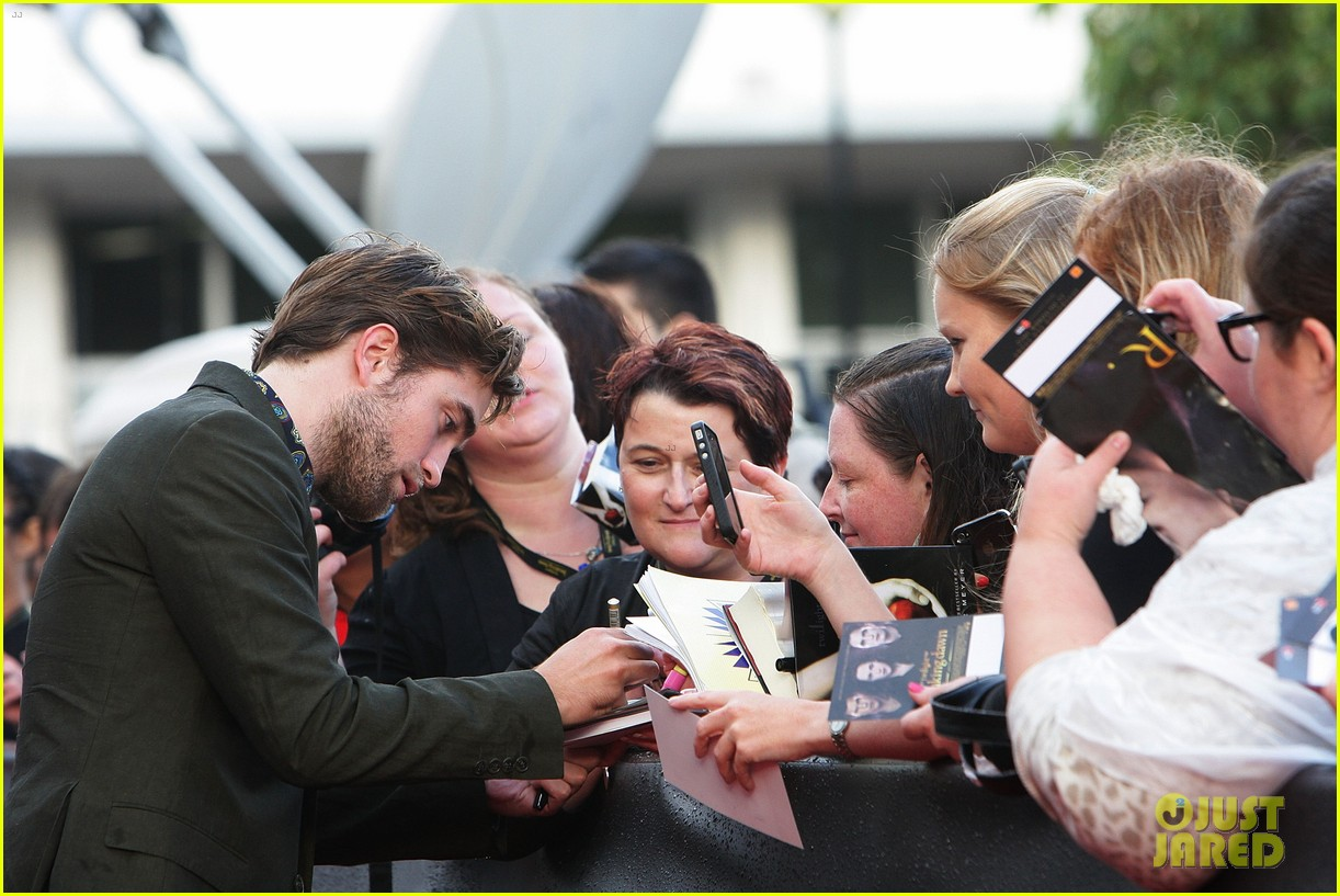 robert pattinson twilight saga breaking dawn part 2 fan event in sydney 04