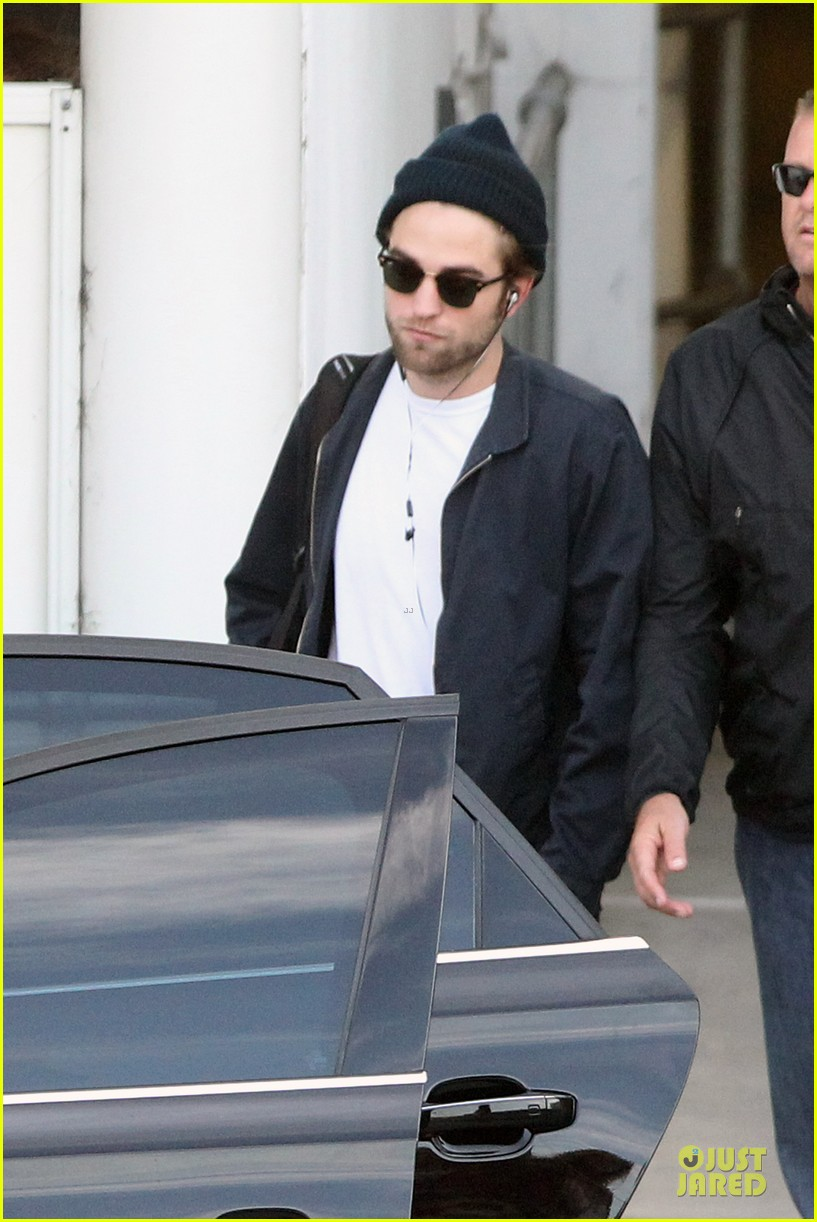 robert pattinson touches down in sydney 09