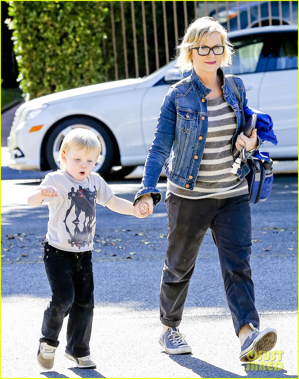 amy poehler shopping with archie 01