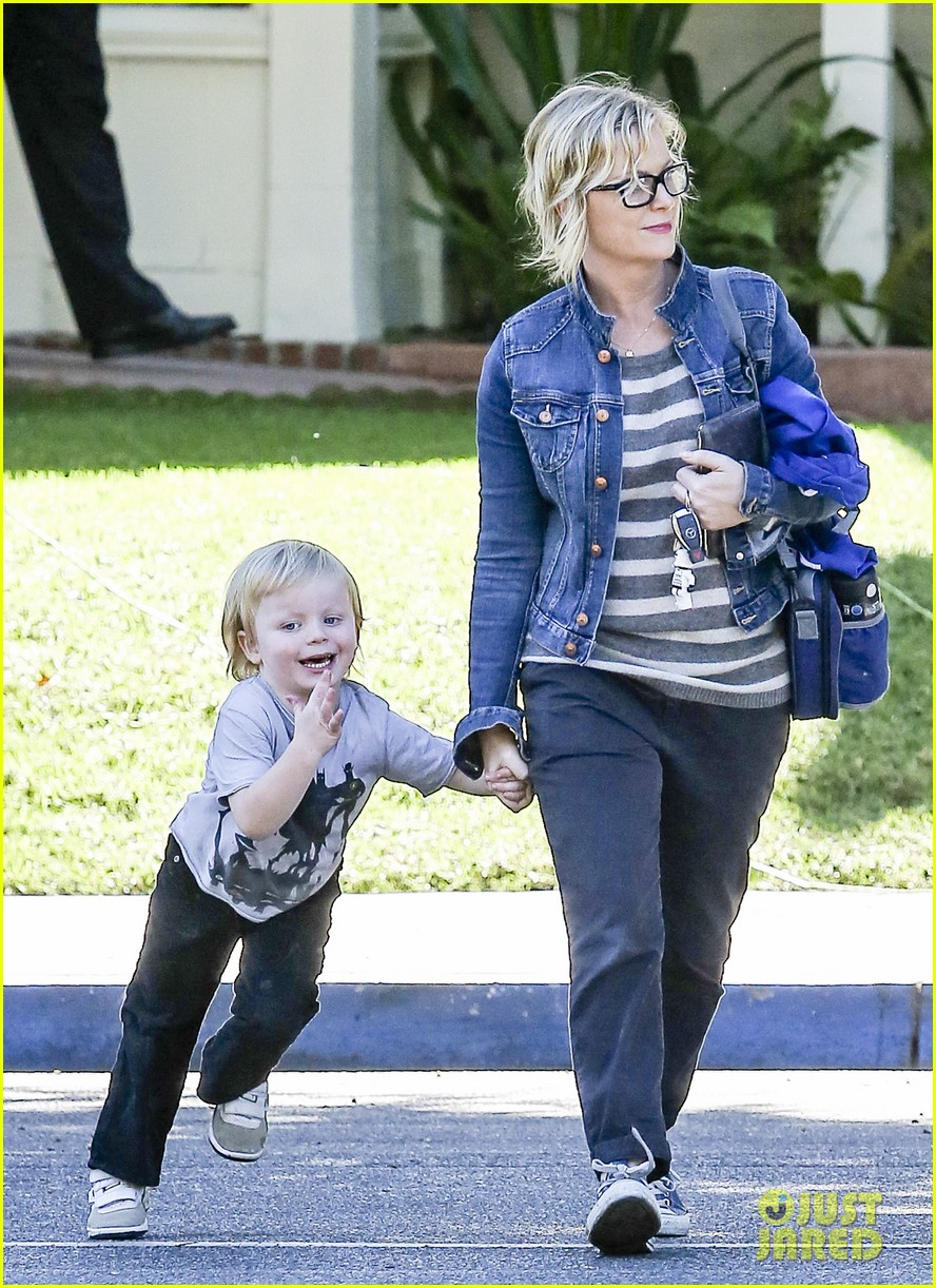 amy poehler shopping with archie 06