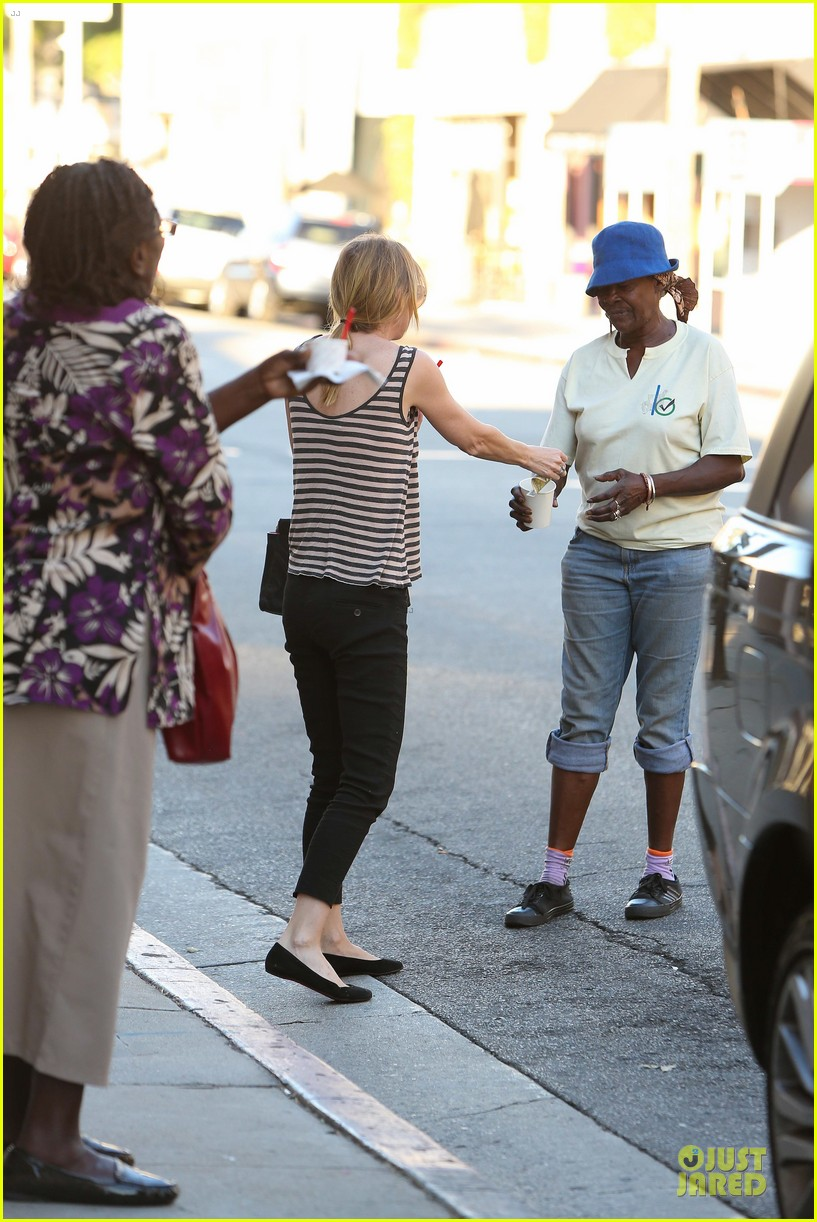 ellen pompeo ice cream sunday with mother in law 03