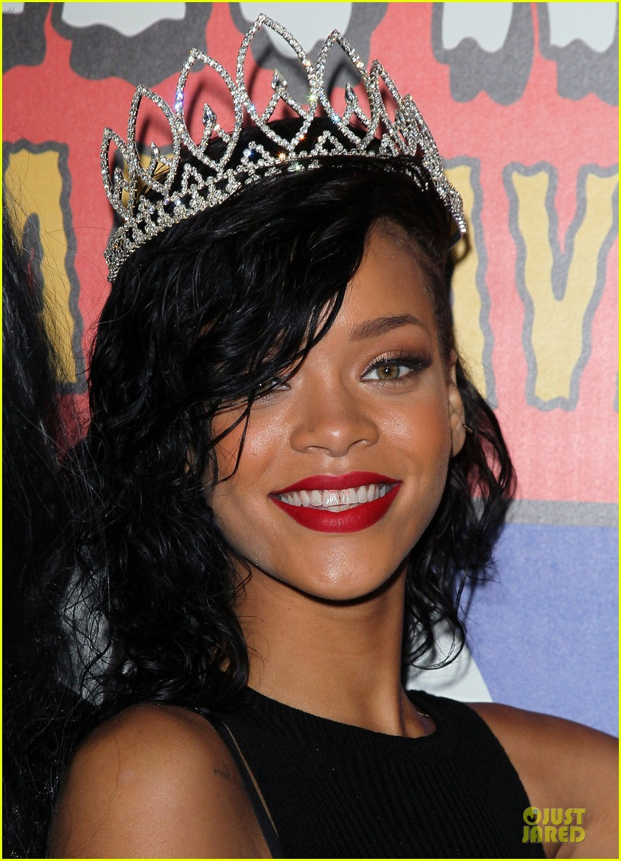 rihanna queen of the night at halloween carnaval 04