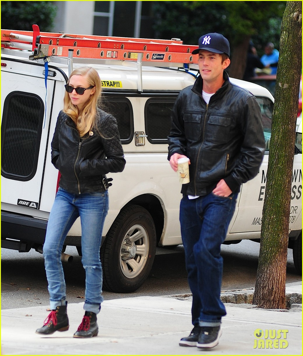 amanda seyfried desmond harrington sidewalk sitdown 01