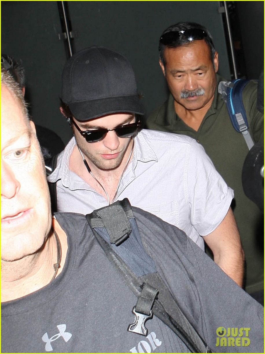kristen stewart robert pattinson separate lax landings 07