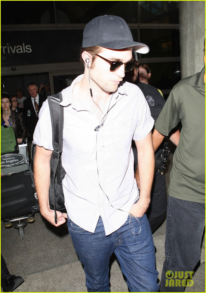 kristen stewart robert pattinson separate lax landings 09