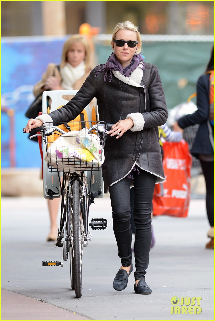 naomi watts bike ride in big apple 21