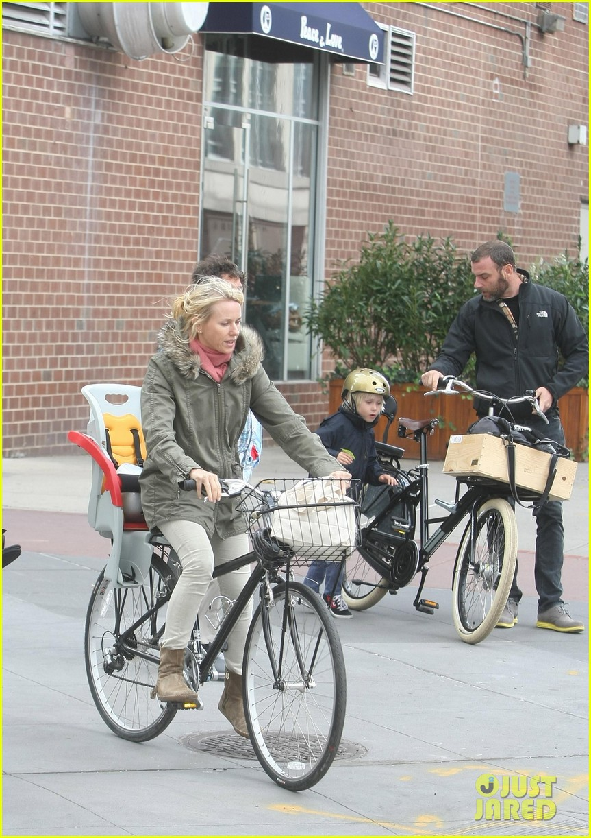 naomi watts sunday stroll family 06