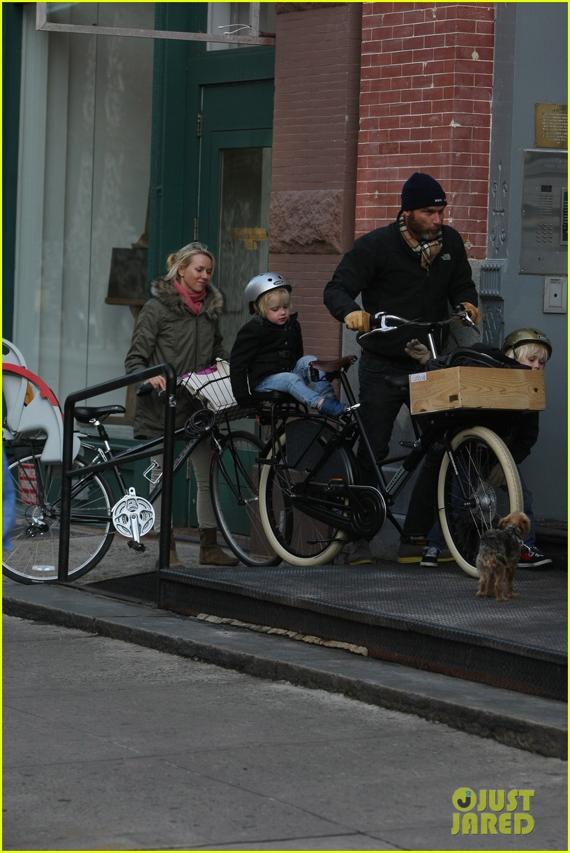 naomi watts sunday stroll family 19
