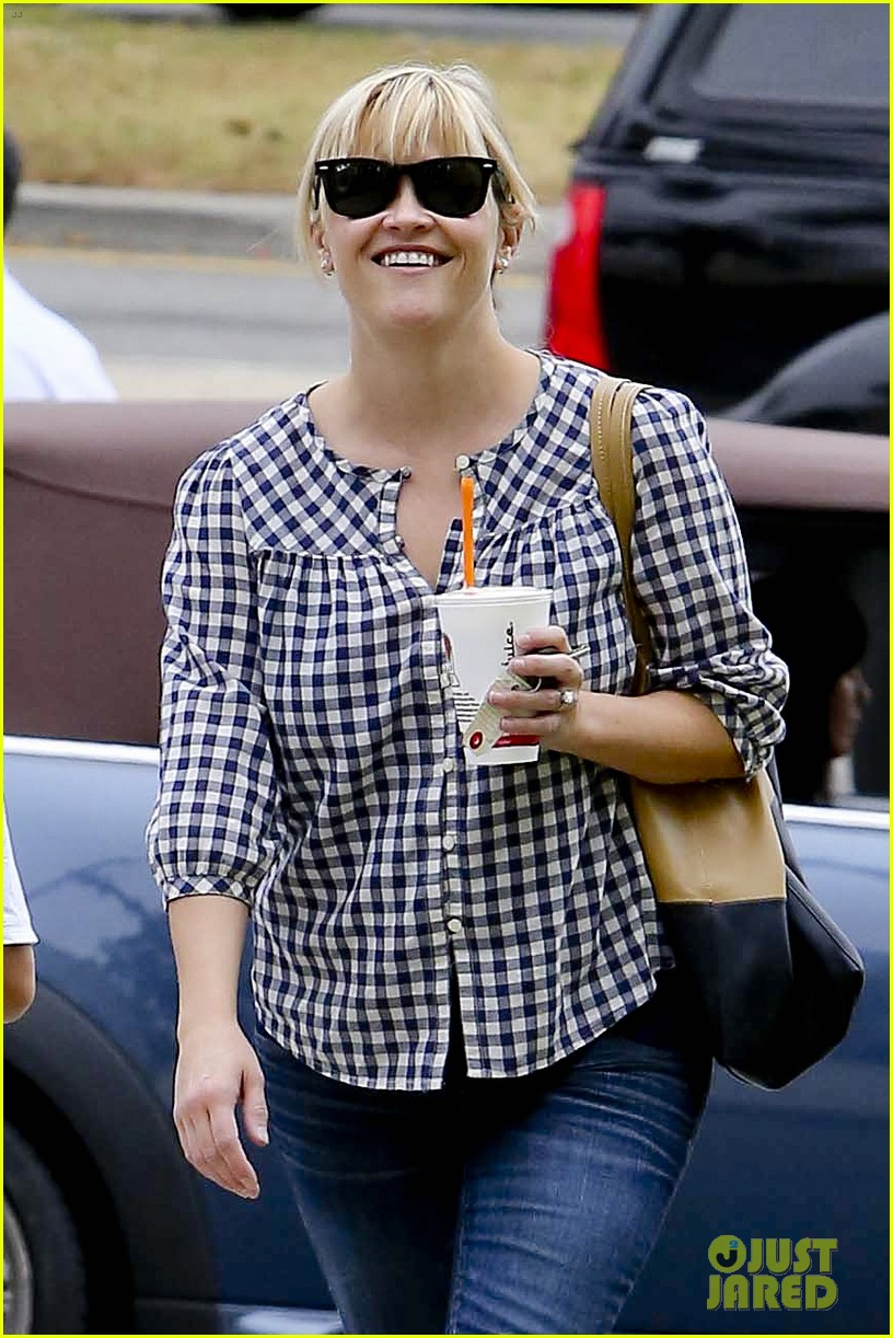 reese witherspoon juices up with deacon 03