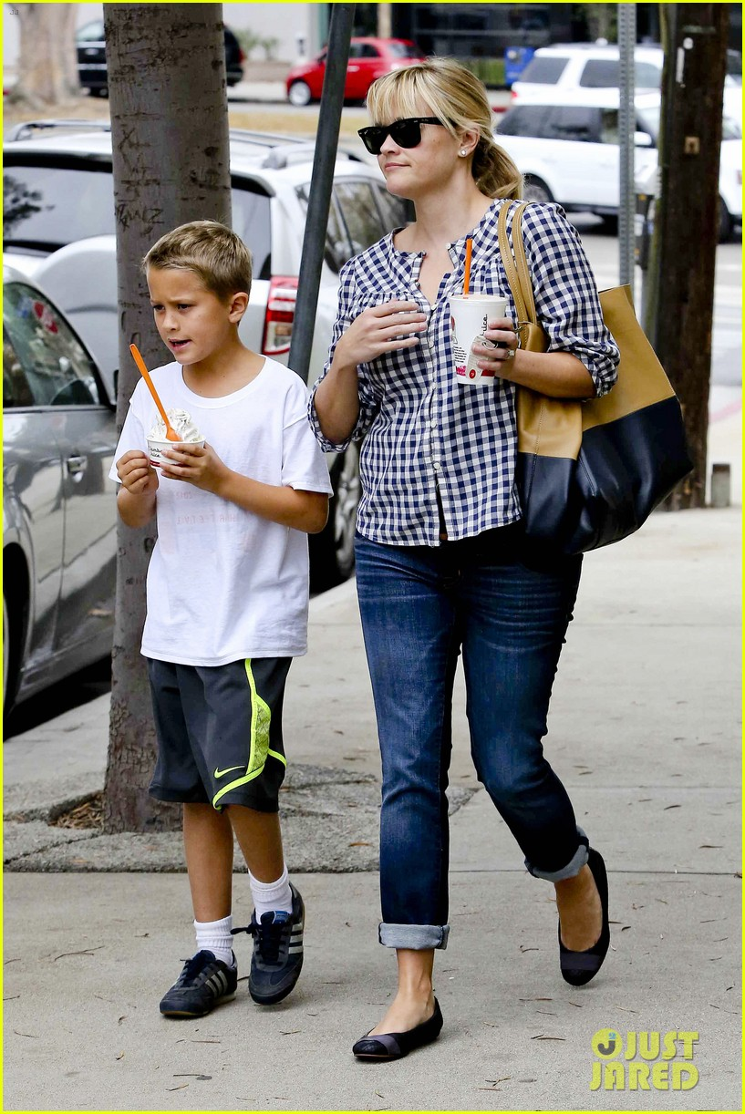 reese witherspoon juices up with deacon 132741213