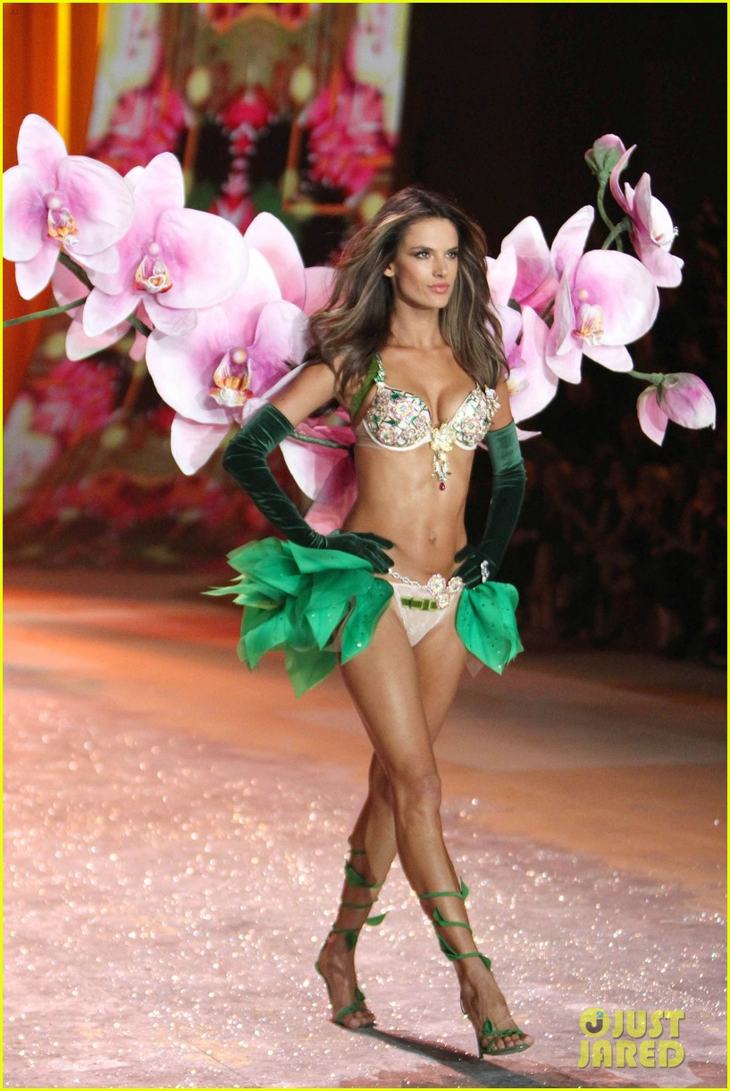 adriana lima alessandra ambrosio victorias secret fashion show 2012 14