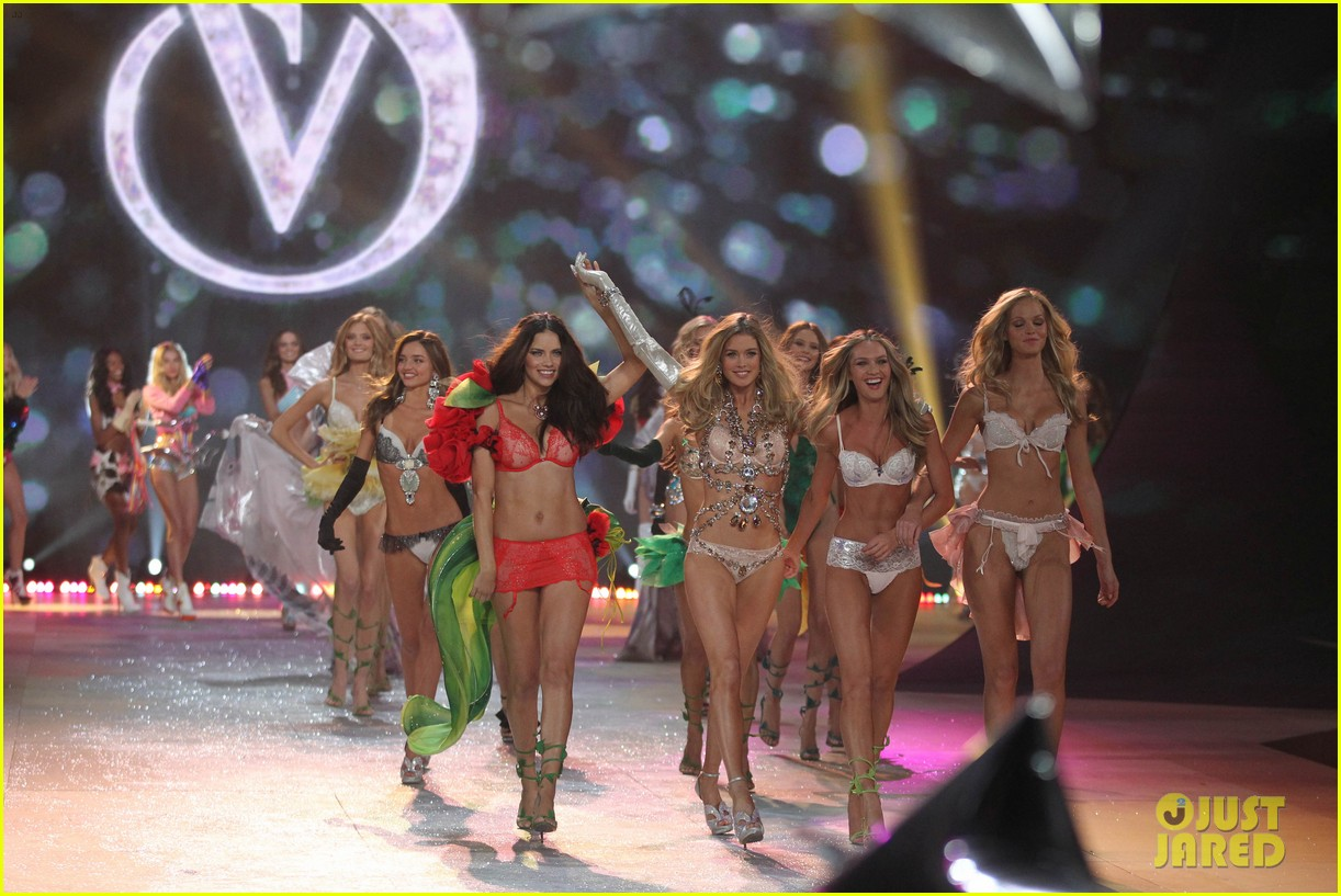adriana lima alessandra ambrosio victorias secret fashion show 2012 21