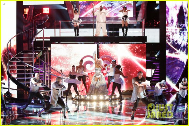 christina aguilera cee lo green make the world movie performance on the voice 09