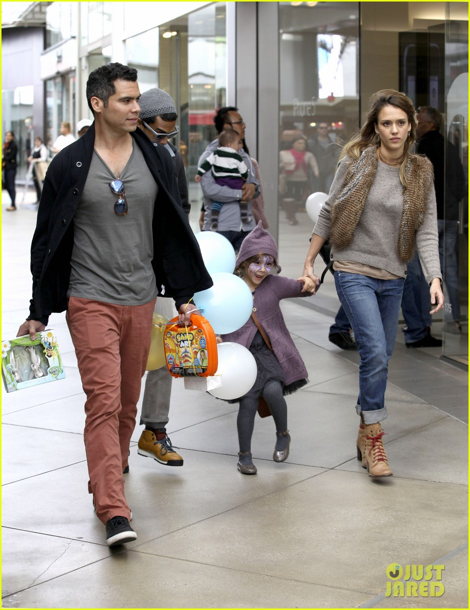 jessica alba cash warren giggles n hugs with honor 05