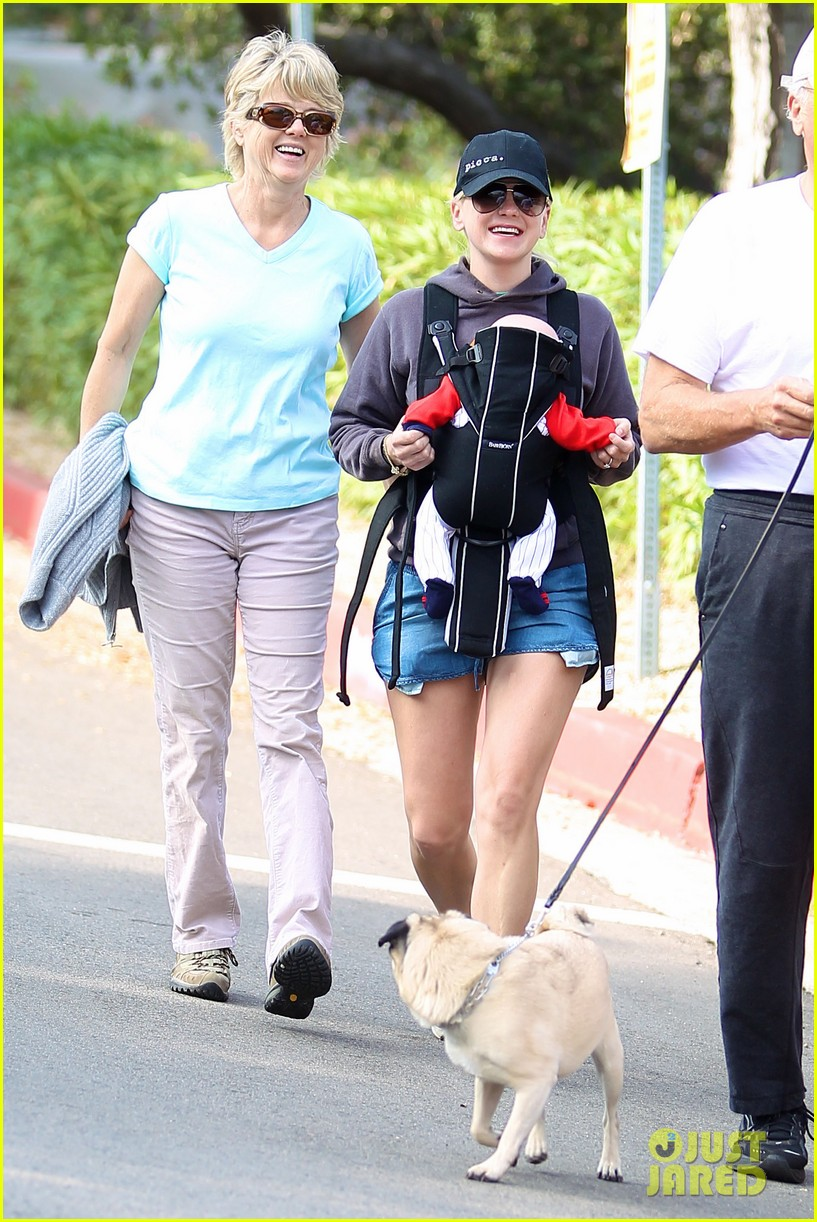 anna faris family walk with baby jack 09