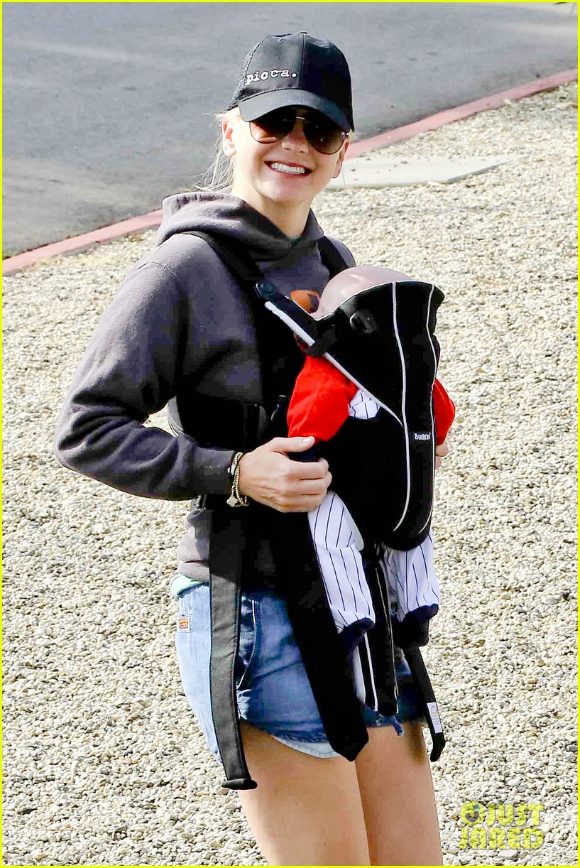 anna faris family walk with baby jack 122765624
